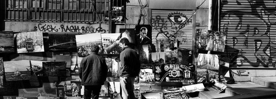 Straßenverkäufer mit Kunstdrucken in Istanbul, Türkei als Schwarzweißphoto im Panorama-Format