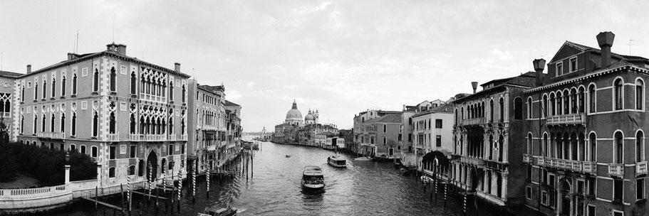 Accademia und Vaporettos am Canal Grande, Venedig,  als Schwarzweißphoto im Panorama-Format