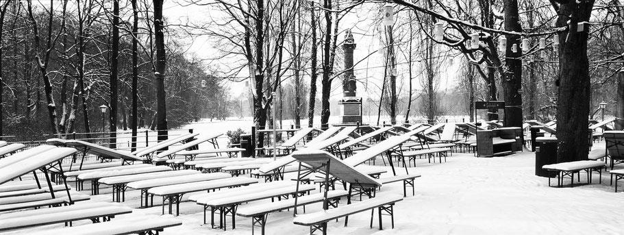 Wintermotiv Biergarten Seehaus am Kleinhesselohersee München, Bayern, im Schnee in schwarzweiß als Panorama-Photographie