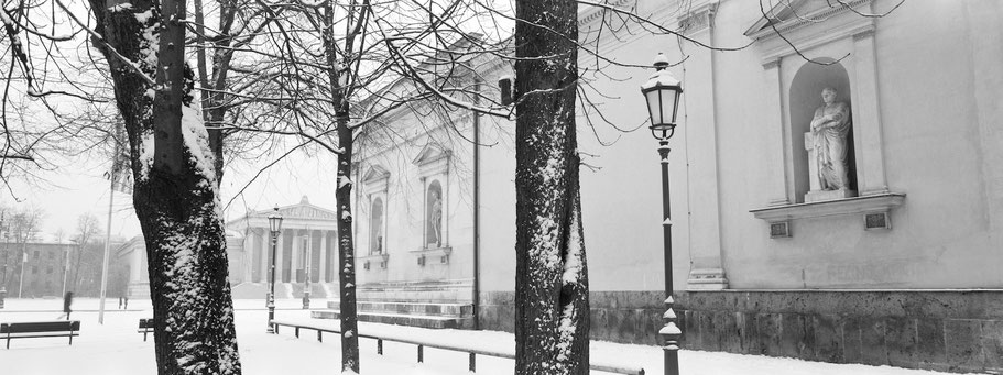 Wintermotiv Königsplatz München, Bayern, im Schnee in schwarzweiß als Panorama-Photographie
