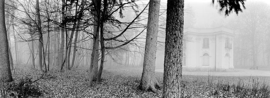 Pagodenburg im Nymphenburger Park im Nebel in schwarzweiß als Panorama-Photographie, München