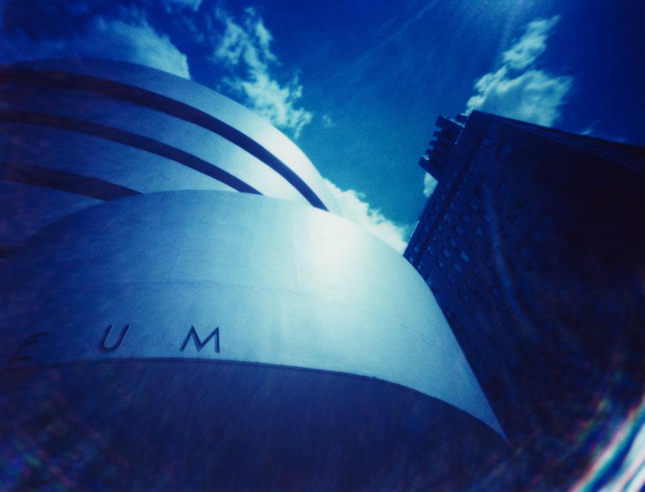 Das Guggenheim Museum in New York (USA)  mit einer Camera Obscura auf Polaroidfilm als Farbphoto aufgenommen