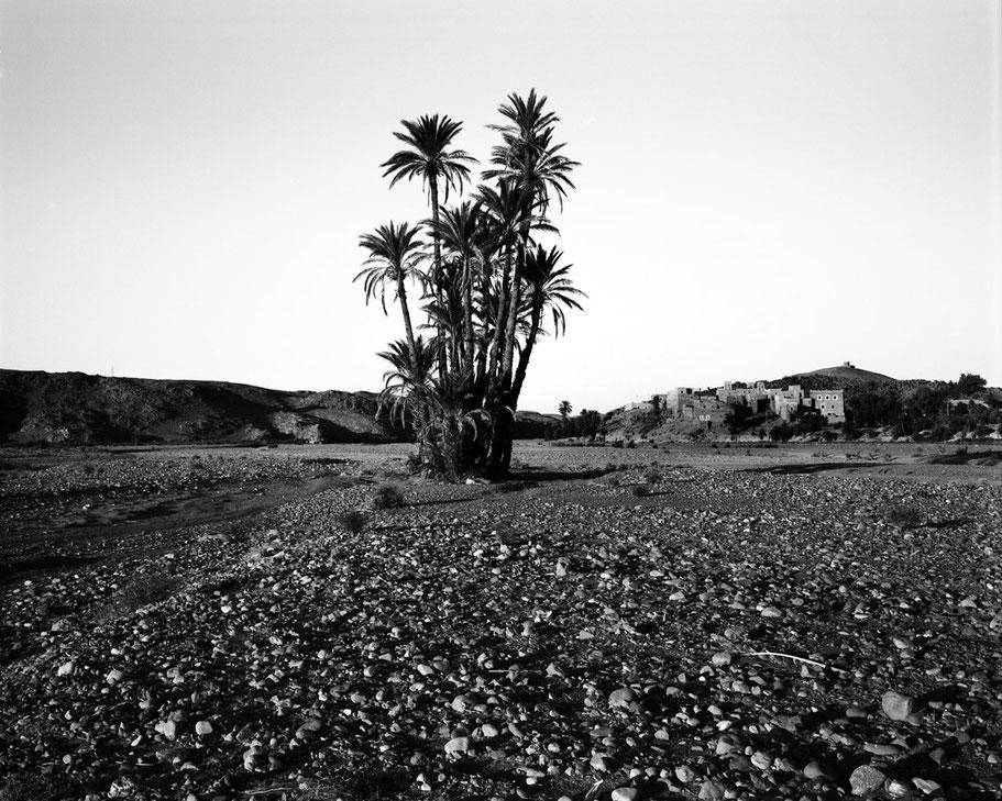 Vertrocknetes Flussbett in Skoura, Marokko als Schwarzweißfoto