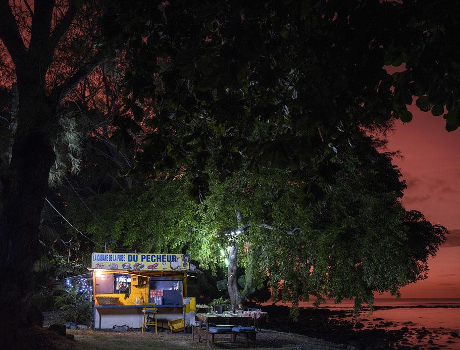 Abendaufnahme des Verkehrs an der Bushaltestelle von Jioufen in Taiwan als Farb-Photographie
