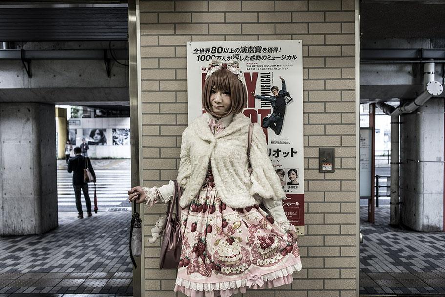 Junges Mädchen mit Erdbeerkleid in der Hamamatsu Station in Tokyo, Japan als Farbphoto