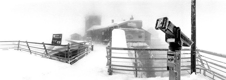 Alpen-Zugspitze im Schnee in schwarz-weiß als Panorama-Photographie