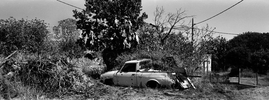 Alter Pick-up in Lagia auf dem Peloponnes, Griechenland,  als Schwarzweißphoto im Panorama-Format