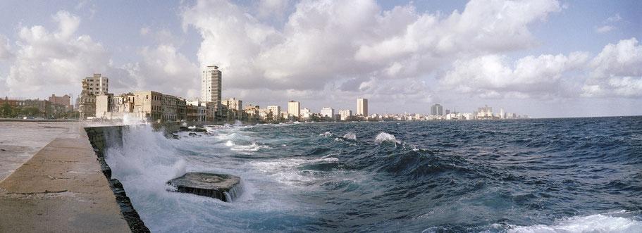 Der Malecon in Havanna, Cuba, als Farbphoto im Panorama-Format