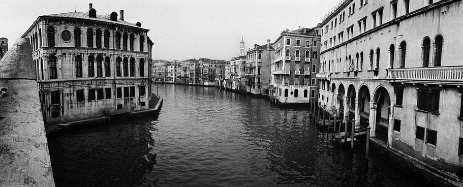 Der Canal Grande, Venedig, frühmorgens ohne Boote als Schwarzweißphoto im Panorama-Format