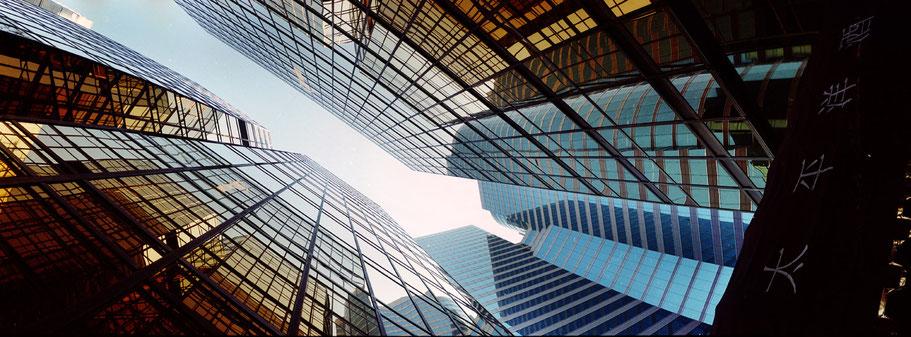 Skyline von Hongkong aus der Froschperspektive, China, als Farbphoto im Panorama-Format