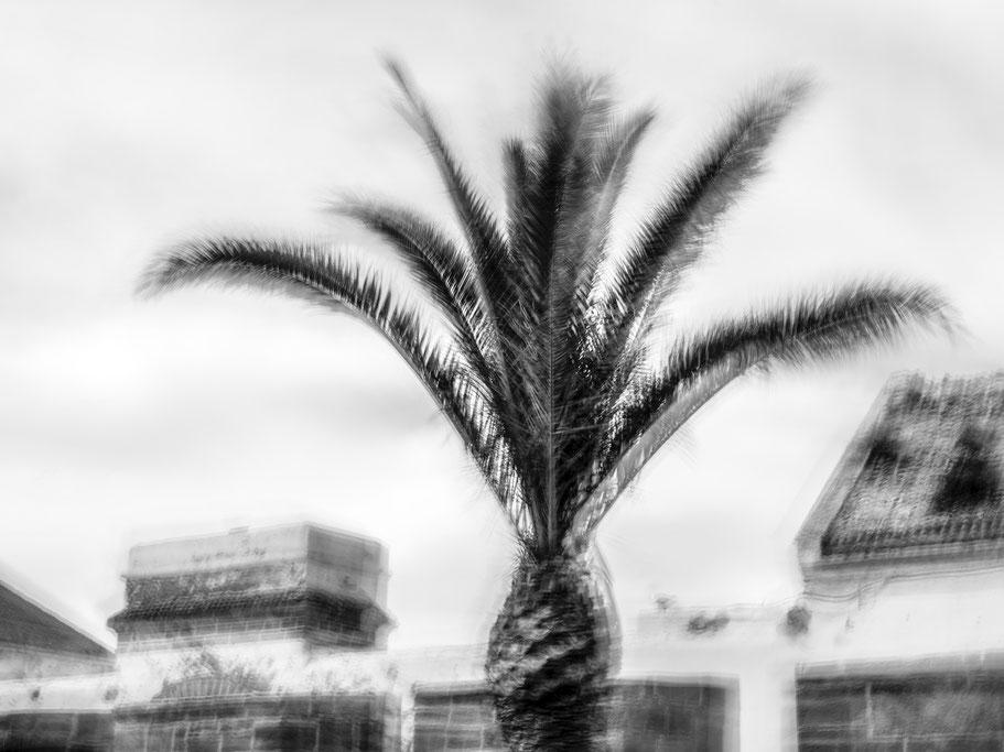 Filmkulisse in den Atlas Filmstudios in Marokko als Schwarzweißphoto