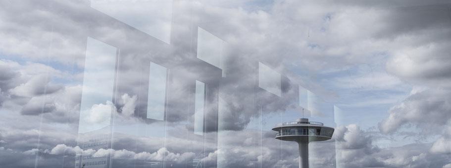 Spiegelung des Anlegers Banken Hafen  in Hamburg als Farbphoto im Panorama-Format