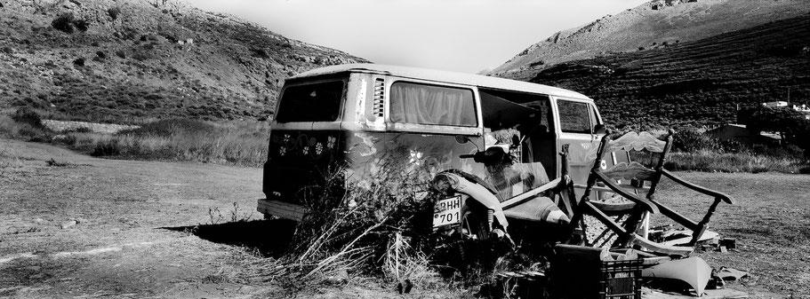 Alter VW T2 bei Neo Itilo auf dem Peloponnes , Griechenland, als Schwarzweißphoto im Panorama-Format