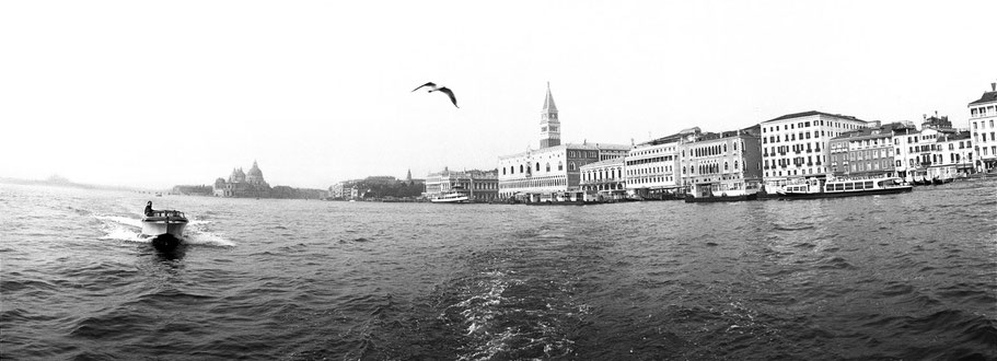 Riva di Schiavoni in Venedig als Schwarzweißphoto im Panorama-Format