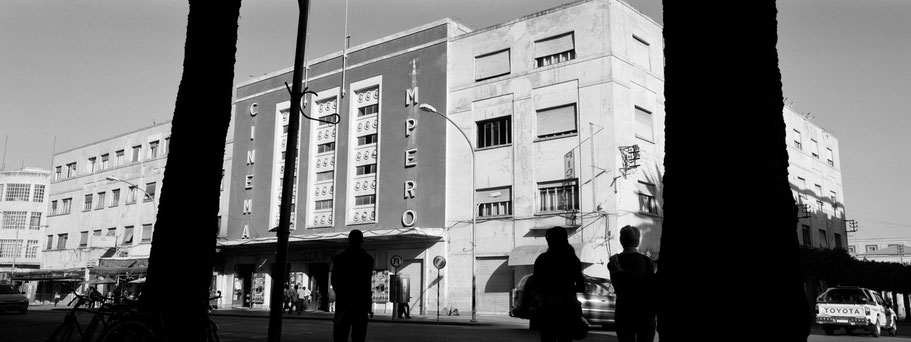Das Kino Cinema Impero in der Harnet Avenue in Asmara, Eritrea, als Schwarzweißphoto im Panorama-Format