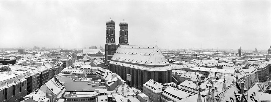 Wintermotiv Frauenkirche München, Bayern,  im Schnee in schwarzweiß als Panorama-Photographie, München