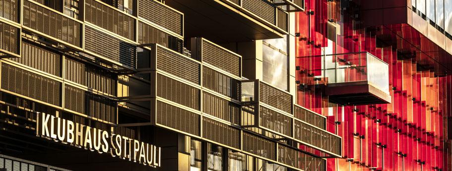 Klubhaus St. Pauli in Hamburg als Farbphoto im Panorama-Format.