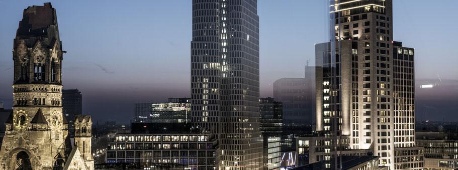Nachtaufnahme mit Spiegelung des Breitscheidplatz Berlin als Farbfotografie im Panorama-Format