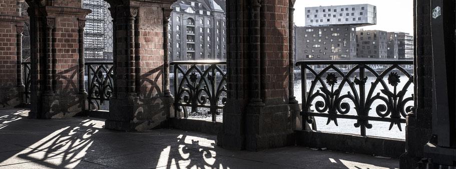 Blick aus der Oberbaumbrücke in Berlin als Farbfotografie im Panorama-Format