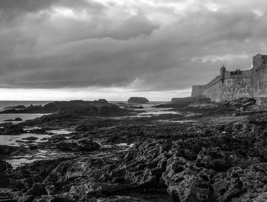 Alte Tankstelle als Filmkulisse in Marokko als Schwarzweißphoto