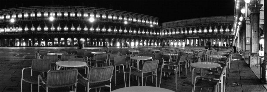 Nachtaufnahme des menschenleeren Piazza San Marco , Venedig, als Schwarzweißphoto im Panorama-Format