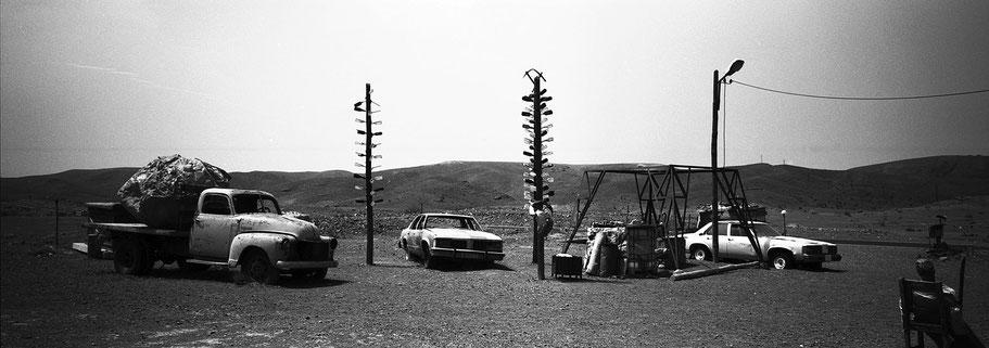 """Filmdekoration """"Gas Haven""""  in Marokko in schwarz-weiß als Panorama-Photographie"""