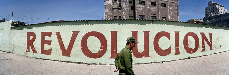 """""""Revolucion"""" an einer Häuserwand  in Havanna, Cuba, als Farbphoto im Panorama-Format"""