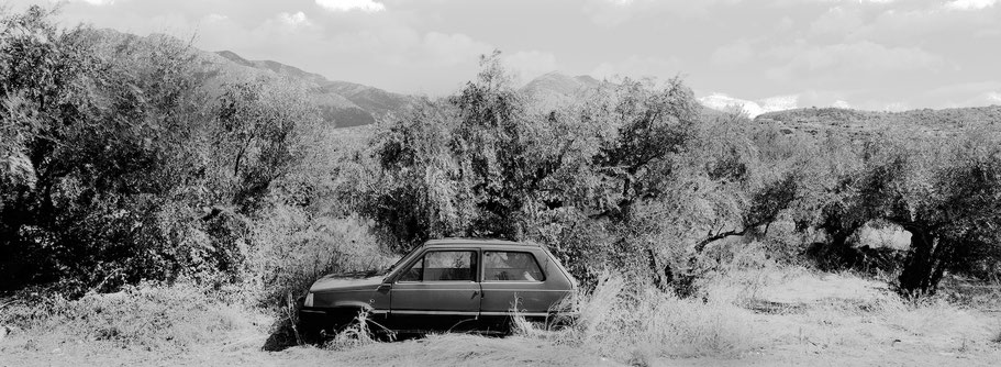 Alter Fiat Panda bei Stoupa auf dem Peloponnes, Griechenland,  als Schwarzweißphoto im Panorama-Format