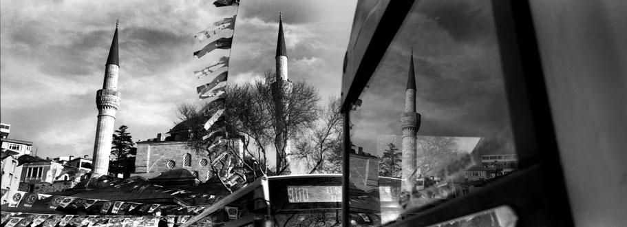 Spiegelungen in Üsküdar in Istanbul, Türkei als Schwarzweißphoto im Panorama-Format