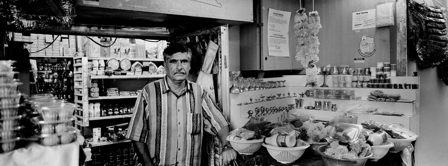 Mann auf dem Al Souq al Kabeer in Dubai als Panorama-Photographie