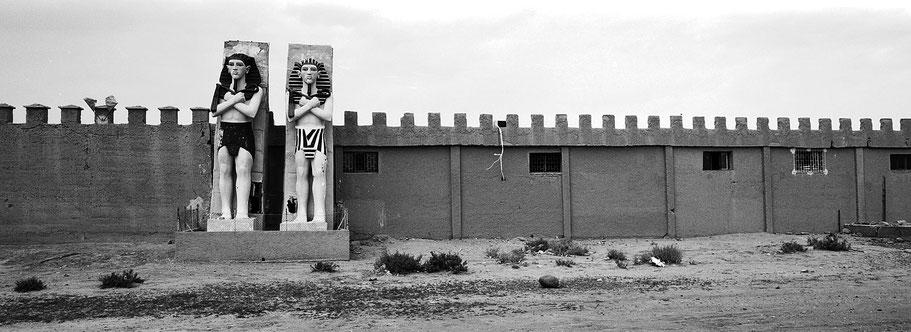 Eingang der Altlas Filmstudios in Marokko in schwarz-weiß als Panorama-Photographie