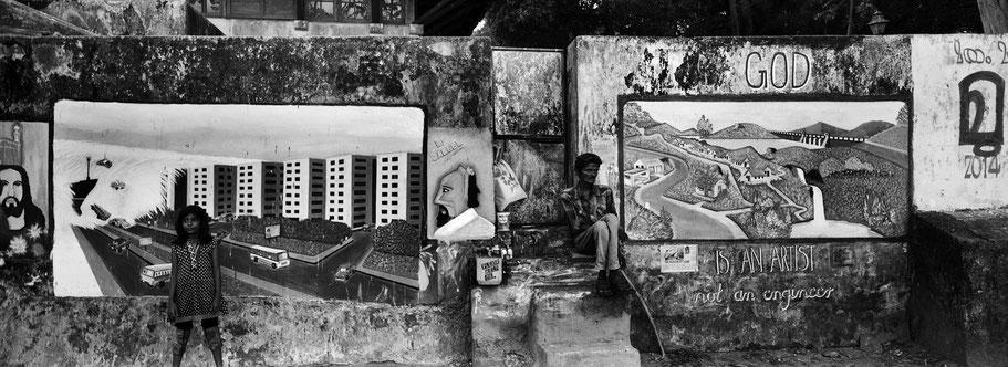 Maler mit Wandmalereien in Fort Kochin, Indien, in schwarz-weiß als Panorama-Photographie