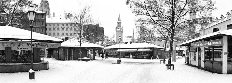 Wintermotiv Viktualienmarkt München, Bayern, im Schnee in schwarzweiß als Panorama-Photographie