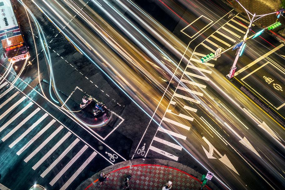 Kreuzung der Xinyi Road by night von oben in der Nähe des Taipei 101 im Zentrum von Taipei, Taiwan, als Farbphoto