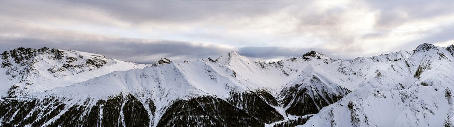 Panoramaaufnahme der Alpen in Samnaun, Schweiz als Farbfoto