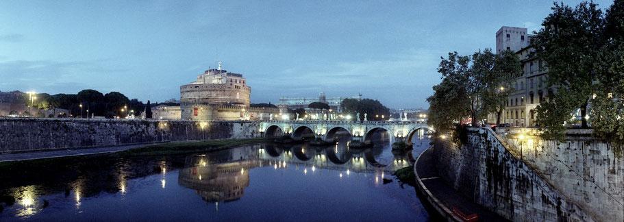 Farbphoto von der Ponte Sant Angelo bei Nacht in Rom im Panorama-Format
