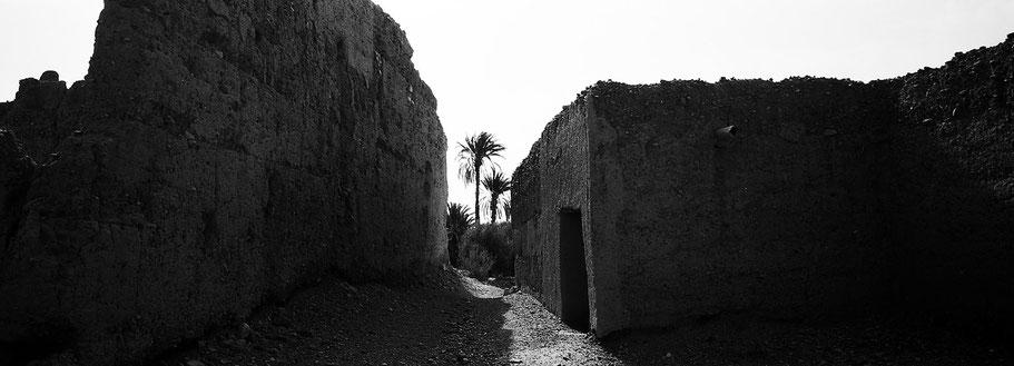 Verfallene Kasbah von Skoura in Marokko, in schwarz-weiß als Panorama-Photographie
