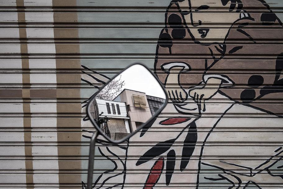 Häuser spiegeln sich in Motorradspiegel vor Hauswand nähe Tempoin dori in Tokyo, Japan als Farbphoto