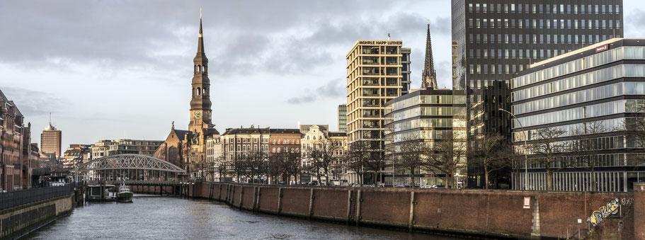 Katharinenkirche mit  Zollhafen in Hamburg als Farbphoto im Panorama-Format