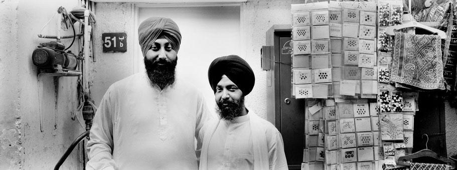 Zwei Männer auf dem Al Souq al Kabeer in Dubai als Panorama-Photographie