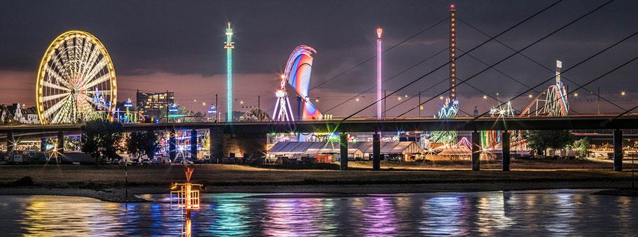 Düsseldorfer Rheinkirmes by night  als Farbphoto im Panorama-Format