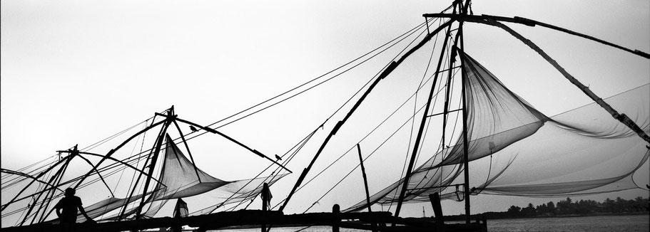 Typische chinesische Fischernetze in Fort Kochin, Indien, in schwarz-weiß als Panorama-Photographie