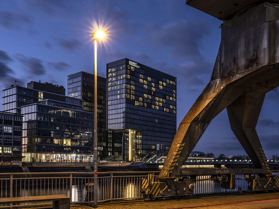 Medienhafen bei Nacht als Farbphoto