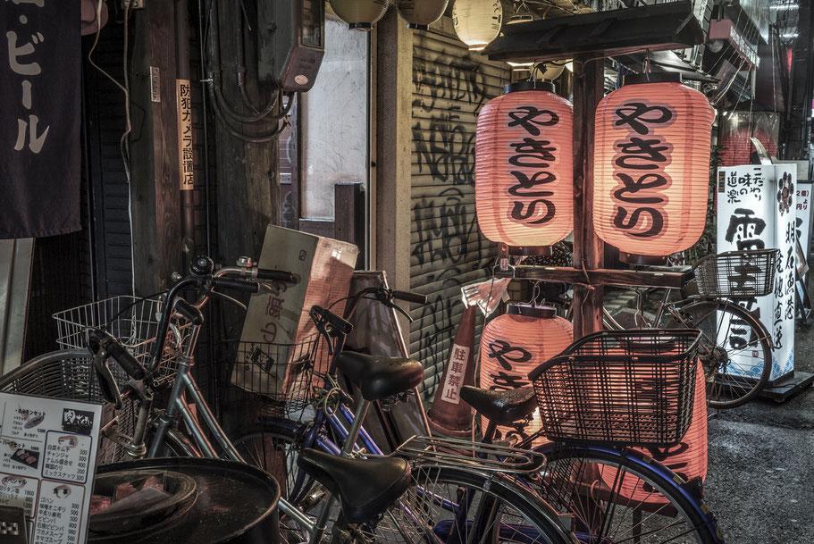 Nachtaufnahme im Vergnügungsviertel Dotombori in Osaka als Farbphotographie, Japan