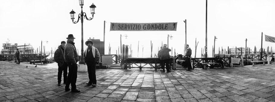 Servizio Gondole nähe Molo San Marco, Venedig, als Schwarzweißphoto im Panorama-Format