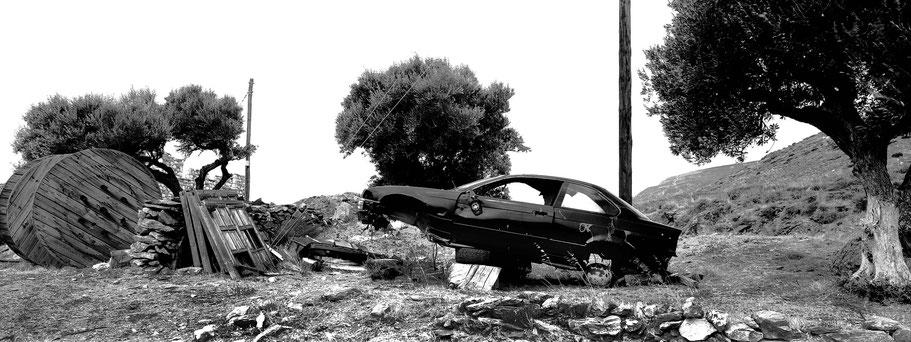 Alte BMW bei Vathia auf dem Peloponnes, Griechenland,  als Schwarzweißphoto im Panorama-Format