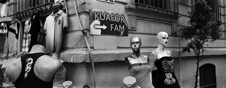 Straßenhändler in Beyoglu in Istanbul, Türkei als Schwarzweißphoto im Panorama-Format