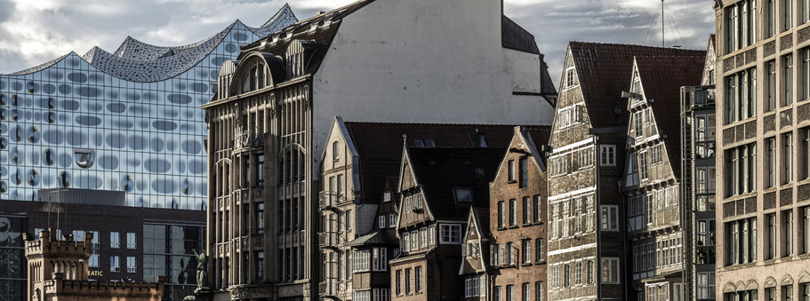 Nikoleifleet in der Altstadt mit Elbphilharmonie  in Hamburg als Farbphoto im Panorama-Format