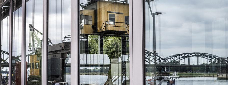 Spiegelung des Rheins im Gebäude des Rheinaufhafens als Panorama-Fotografie