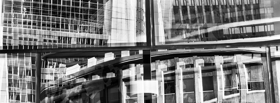 Spiegelungen am Willy-Brandt-Platz in Frankfurt als Schwarzweißphoto im Panorama-Format